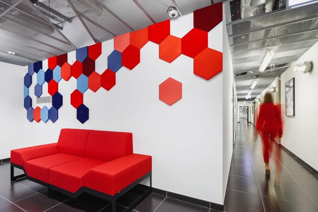 Panele piankowe Foam Wall od myMODULO.pl w korytarzach Krakowskiego Parku Technologicznego
