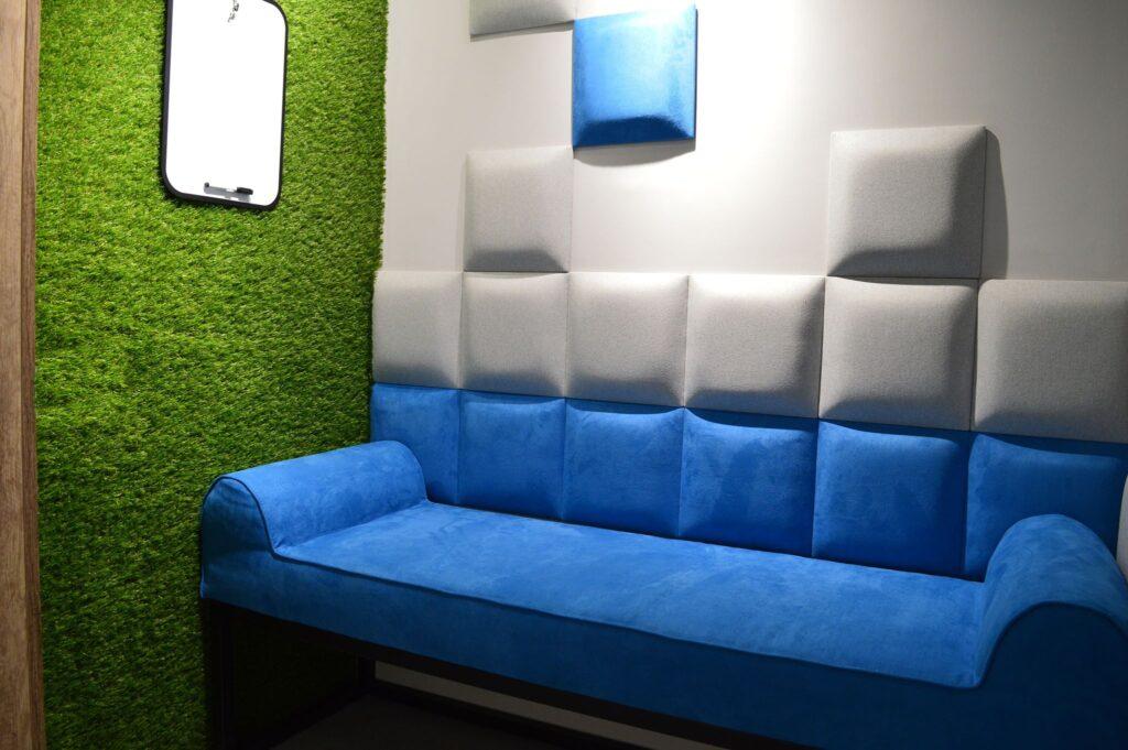 Panele i siedzisko tapicerowane we wnętrzu budki telefonicznej w firmie Asseco Bydgoszcz | myMODULO.pl