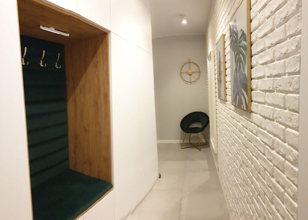 Wygodne siedzisko tapicerowane niezbędne w każdym przedpokoju | myMODULO.pl