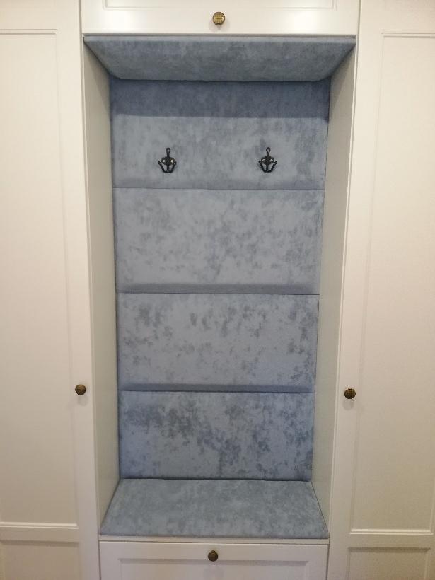 Uchwyty na okrycia wierzchnie można zamontować na panelach tapicerowanych we wiatrołapach | myMODULO.pl