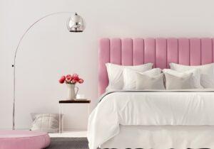 Stylowa, różowa sypialnia z tapicerowanym łóżkiem | myMODULO.pl